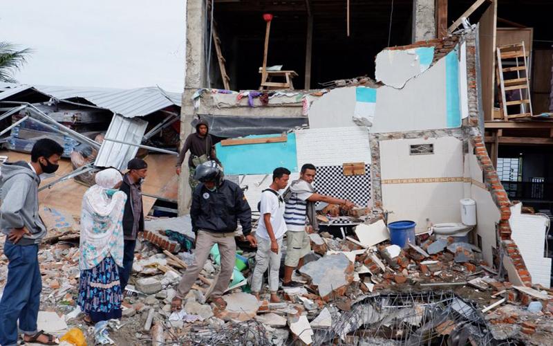 https: img.okezone.com content 2021 01 19 65 2347196 sebanyak-103-satuan-pendidikan-rusak-akibat-gempa-di-sulawesi-barat-sWWELdchHz.jpg