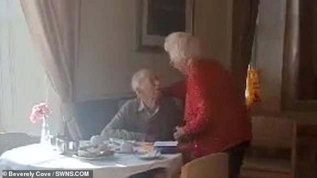https: img.okezone.com content 2021 01 20 18 2347686 momen-emosional-kakek-nenek-yang-telah-menikah-70-tahun-ini-bertemu-lagi-setelah-berpisah-akibat-covid-19-ayPM4p58G8.jpg