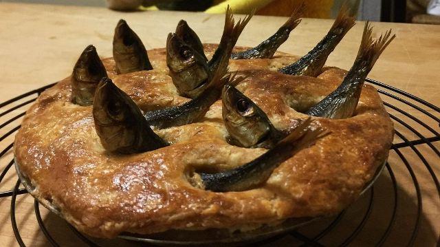 https: img.okezone.com content 2021 01 20 298 2347355 asal-mula-stargazy-pie-hidangan-pai-paling-seram-asal-inggris-rChCYMxwDh.jpg