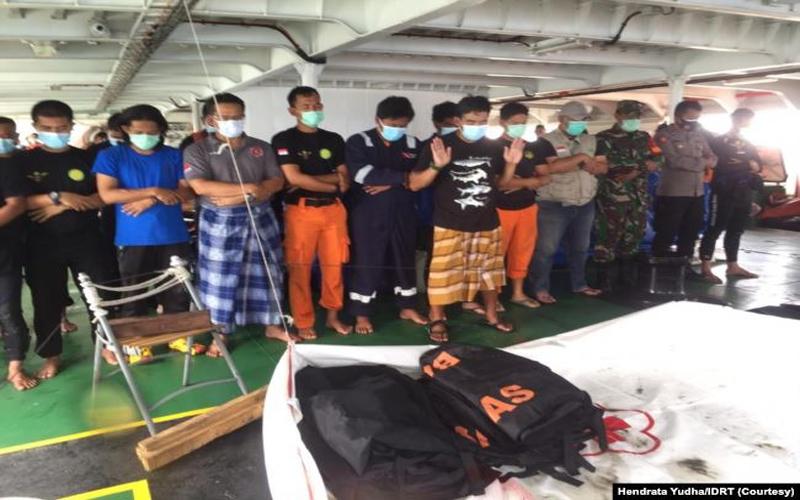 https: img.okezone.com content 2021 01 20 330 2347584 kisah-penyelam-sriwijaya-air-untaian-doa-dan-sholat-jenazah-di-atas-kapal-nUjbjhHcDB.jpg