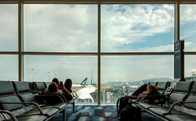 https: img.okezone.com content 2021 01 20 612 2347762 takut-pandemi-covid-19-pria-ini-tinggal-di-bandara-selama-3-bulan-GOoFujcowz.jpg