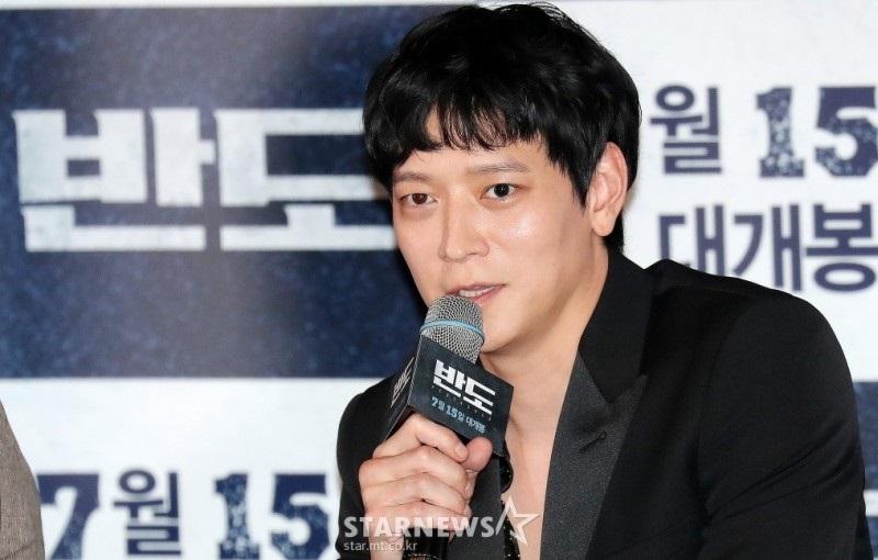 https: img.okezone.com content 2021 01 21 33 2348524 kang-dong-won-perpanjang-kontrak-dengan-yg-entertainment-HPXQNPSk3h.jpg