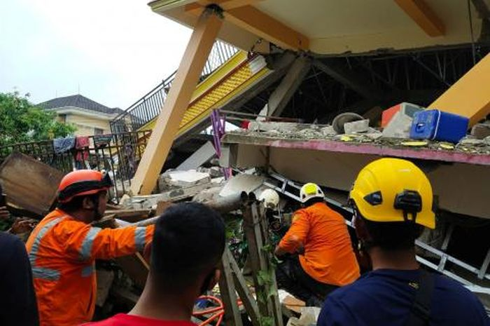 https: img.okezone.com content 2021 01 21 337 2348318 gempa-sulbar-korban-meninggal-bertambah-menjadi-91-jiwa-Xunz1Dt8Li.jpg