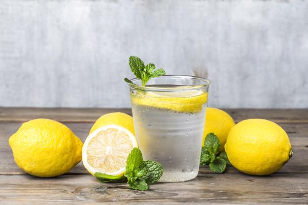 https: img.okezone.com content 2021 01 21 620 2348348 6-manfaat-minum-air-lemon-setiap-pagi-cocok-juga-untuk-diet-8FiC71oW9M.jpg