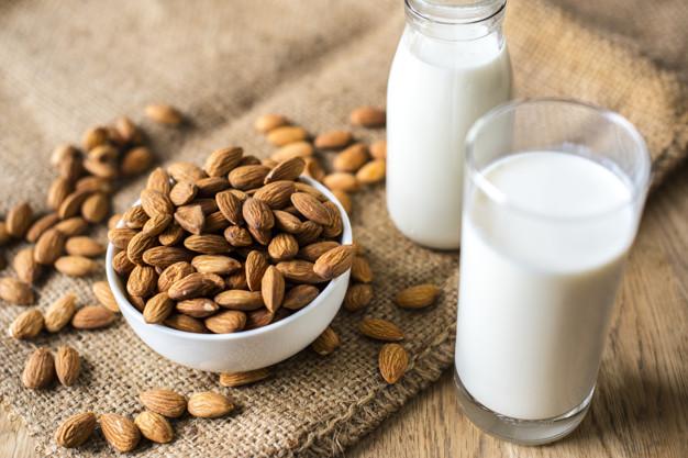 https: img.okezone.com content 2021 01 22 298 2348818 pagi-pagi-minum-susu-almond-yuk-simak-manfaatnya-untuk-tubuh-Qd1Lqxi6Df.jpg