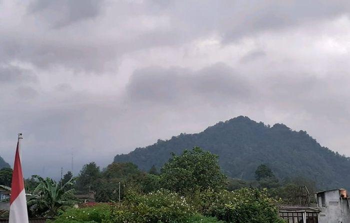 https: img.okezone.com content 2021 01 22 510 2348805 dini-hari-guguran-lava-pijar-merapi-tercatat-1-kali-sejauh-400-meter-eO8UhVQwNz.jpg