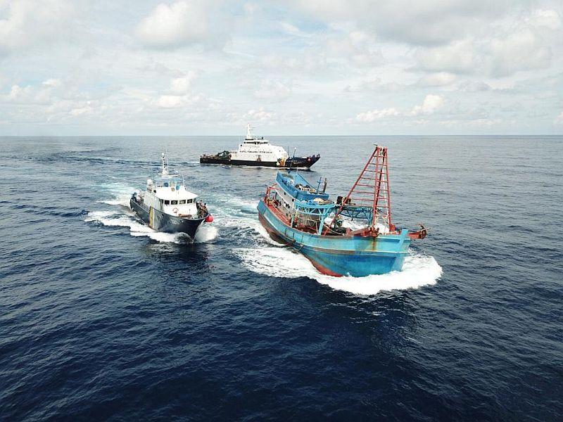 https: img.okezone.com content 2021 01 23 320 2349454 menteri-trenggono-gaungkan-perang-lawan-illegal-fishing-HYF6rvk4OK.jpg
