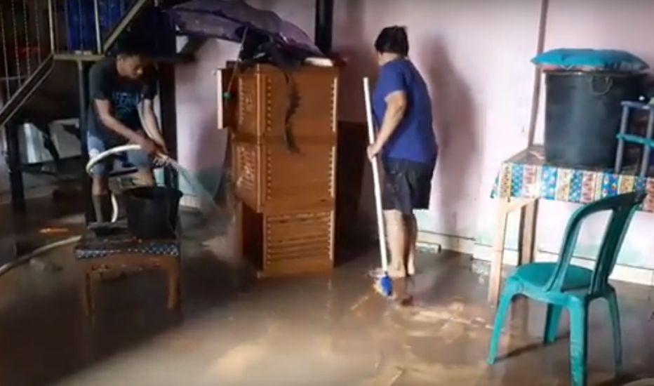 https: img.okezone.com content 2021 01 23 340 2349482 banjir-di-manado-mulai-surut-warga-berjibaku-bersihkan-rumah-dari-lumpur-yJrWovjogS.jpg