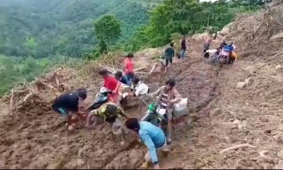 https: img.okezone.com content 2021 01 24 337 2349855 beratnya-perjuangan-relawan-salurkan-bantuan-gempa-di-majene-sFyCX0onTr.jpg