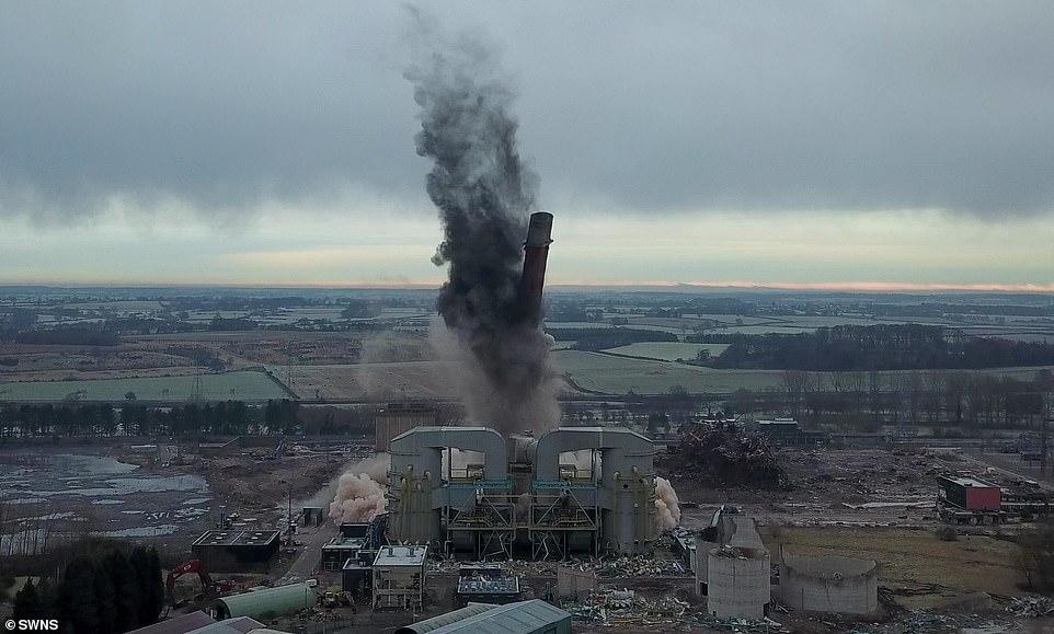 https: img.okezone.com content 2021 01 25 18 2350192 setelah-beroperasi-selama-53-tahun-pembangkit-listrik-setinggi-183-meter-dihancurkan-NPLIolnjSD.jpg