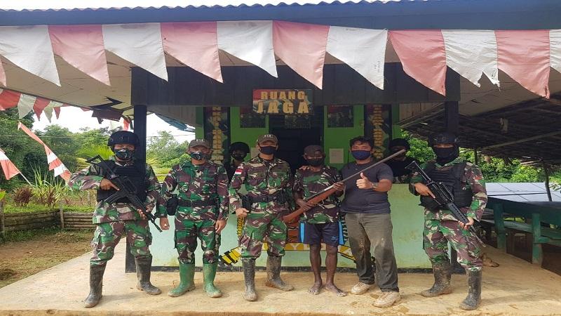 https: img.okezone.com content 2021 01 25 337 2350519 mantan-tentara-tpnpb-serahkan-1-pucuk-senjata-api-ke-satgas-pamtas-tni-JnggSkOChG.jpg