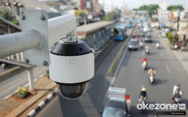 https: img.okezone.com content 2021 01 25 338 2350223 tiap-hari-1-000-pelanggar-lalu-lintas-terekam-kamera-etle-di-jakarta-g239QV8pjP.jpg