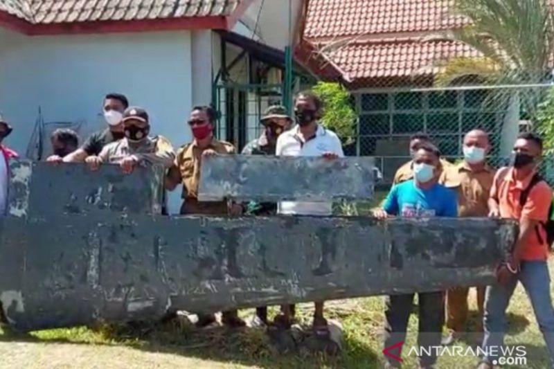 https: img.okezone.com content 2021 01 25 340 2350695 lagi-bersihkan-pantai-warga-bintan-temukan-benda-diduga-serpihan-sayap-pesawat-AlWjmLX0eG.jpg
