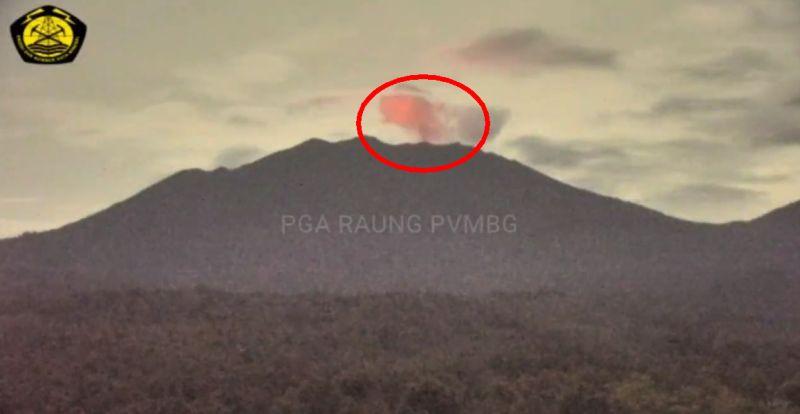 https: img.okezone.com content 2021 01 25 519 2350682 kilatan-cahaya-api-terlihat-di-puncak-gunung-raung-yQ7ttsXBPC.jpg