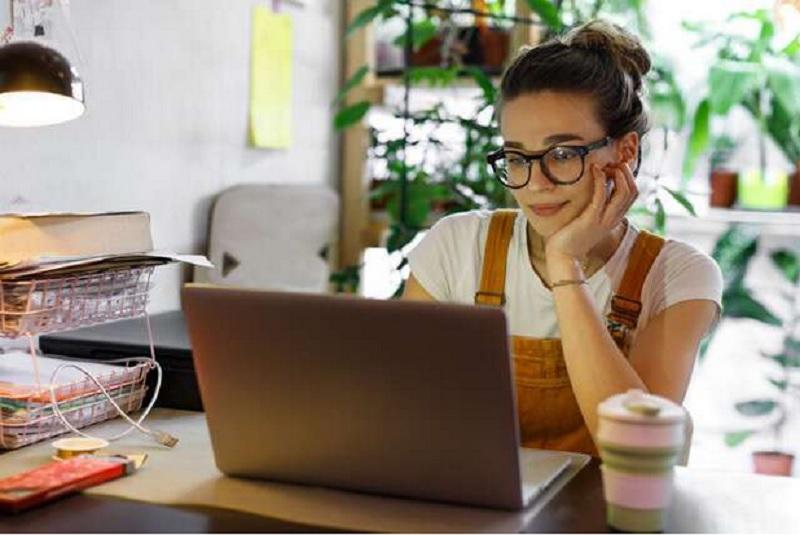 https: img.okezone.com content 2021 01 25 611 2350305 5-inspirasi-gaya-rambut-untuk-meeting-virtual-cepat-ditata-anti-ribet-rDkbDZ2BAz.jpg