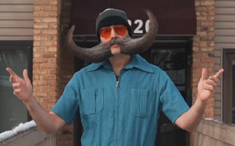 https: img.okezone.com content 2021 01 25 612 2350371 unik-pria-ini-miliki-kumis-berbentuk-tanduk-kerbau-H7IT2NebUr.jpg