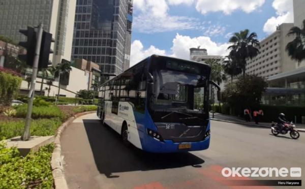 https: img.okezone.com content 2021 01 26 338 2350908 psbb-dki-dilanjut-bus-transjakarta-perpanjang-jam-operasional-eI14Z8VxqQ.jpg