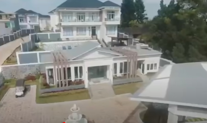 https: img.okezone.com content 2021 01 27 337 2351879 ini-sosok-pemilik-villa-mewah-yang-dipromosikan-syekh-ali-jaber-MPbL4v3YKi.jpg