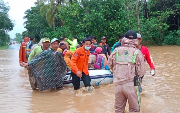 https: img.okezone.com content 2021 01 27 337 2351946 banjir-kalsel-klhk-tutupan-hutan-di-daerah-aliran-sungai-cuma-5-A6xiBlDZO0.jpg