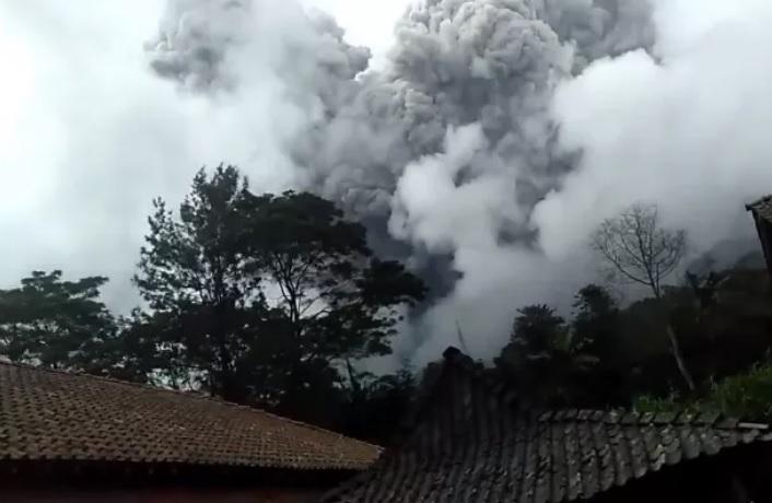 https: img.okezone.com content 2021 01 27 337 2351953 dahsyatnya-letusan-gunung-merapi-ini-penjelasan-bpptkg-dbfikbW0ur.jpg