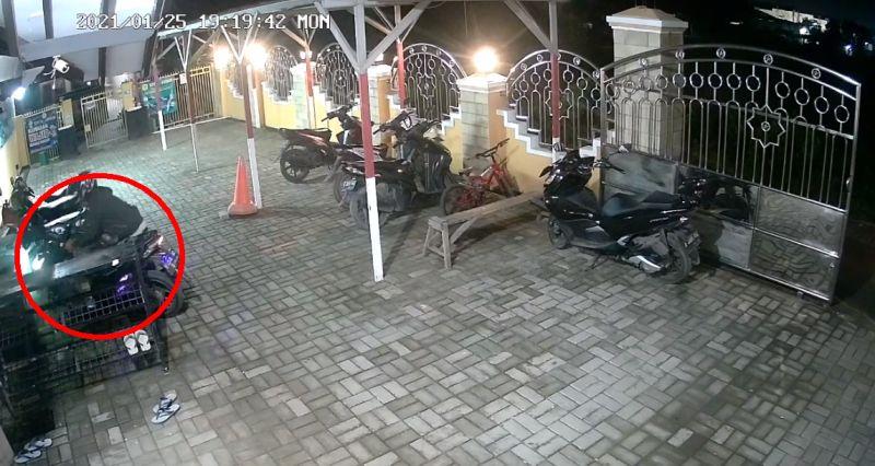 https: img.okezone.com content 2021 01 27 338 2351972 terekam-cctv-maling-gasak-motor-di-parkiran-masjid-saat-pemiliknya-sholat-MSja2VpxVM.jpg