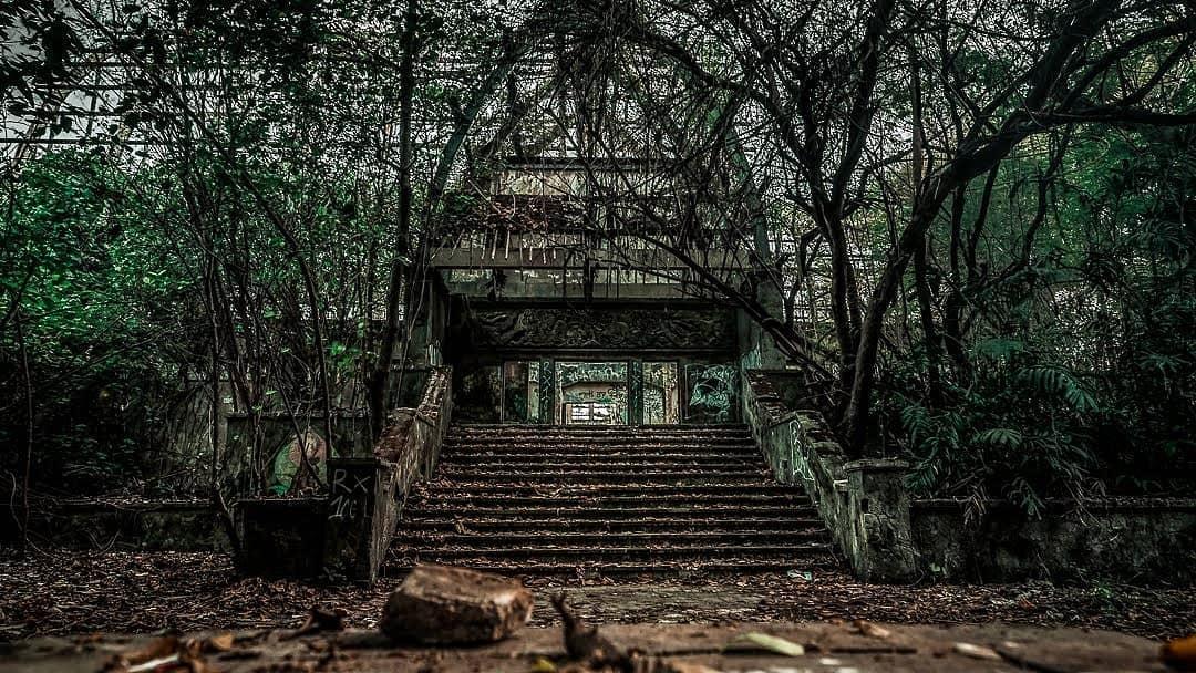 https: img.okezone.com content 2021 01 27 408 2351859 termasuk-vila-hantu-ini-7-tempat-wisata-yang-terbengkalai-dan-menyeramkan-4pVwEz1hij.jpg