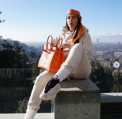 https: img.okezone.com content 2021 01 27 51 2351939 kisah-sukses-georgina-rodriguez-dulu-penjaga-toko-baju-kini-punya-usaha-fashion-sendiri-hE1auiXu23.jpg