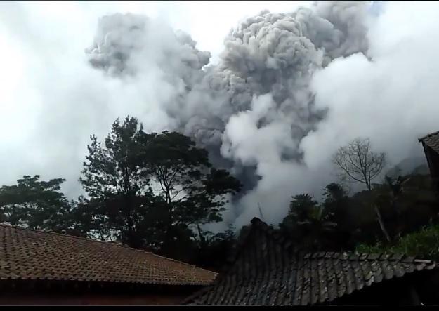 https: img.okezone.com content 2021 01 27 510 2351750 keluarkan-asap-pekat-ini-penampakan-letusan-dahsyat-gunung-merapi-hfM9U8lK8O.jpg