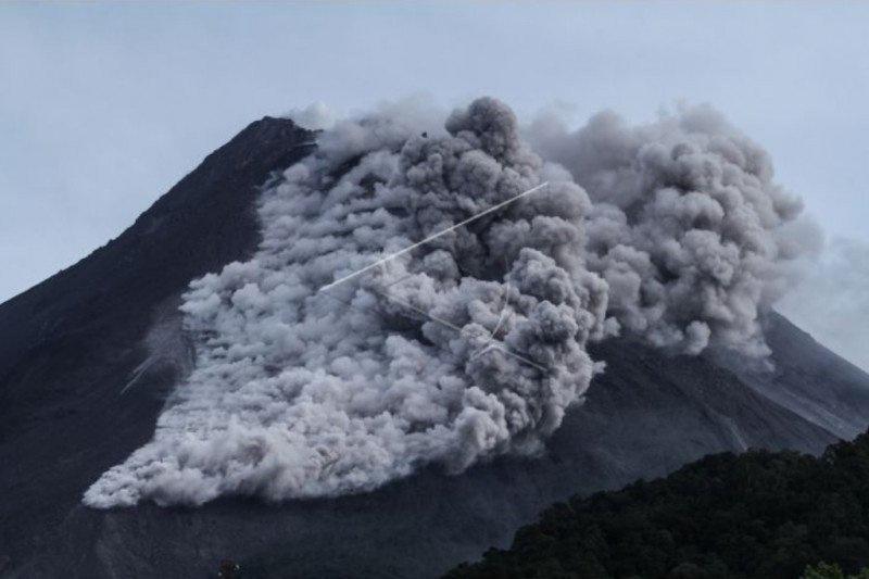 https: img.okezone.com content 2021 01 27 510 2352036 awan-panas-guguran-gunung-merapi-meluncur-sejauh-3-000-meter-l5XPrjfBTI.jpg