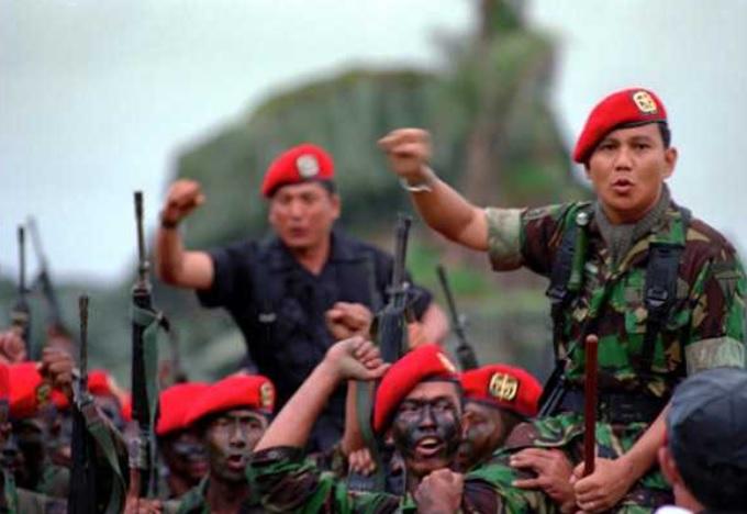 https: img.okezone.com content 2021 01 28 337 2352341 kisah-sajadah-pemberian-wismoyo-arismunandar-ke-prabowo-sebelum-bertempur-di-palagan-timor-R7YYZm9oBg.jpg