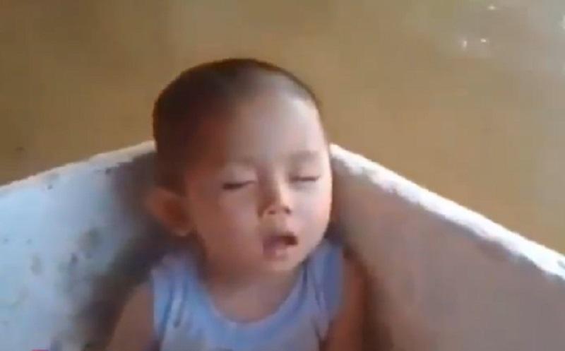 https: img.okezone.com content 2021 01 28 612 2352409 rumah-terendam-banjir-dilantunkan-dzikir-anak-ini-tertidur-di-kotak-mengapung-bW8cY8UkUy.jpg