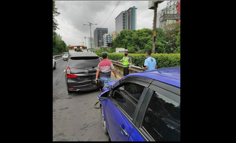 https: img.okezone.com content 2021 01 29 338 2352829 kecelakaan-beruntun-terjadi-di-tol-dalam-kota-lalin-arah-semanggi-padat-0iXdLAsBi9.jpg