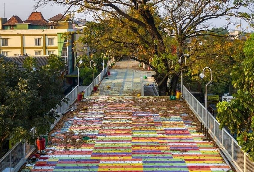 https: img.okezone.com content 2021 01 29 406 2352778 reaktivasi-skywalk-cihampelas-bakal-ada-jalur-khusus-sepeda-4qJCGJFzjg.JPG