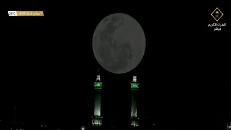 https: img.okezone.com content 2021 01 29 614 2352834 warga-makkah-saksikan-bulan-purnama-melintas-di-atas-kakbah-sbeJzq9uZv.jpg