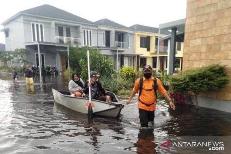 https: img.okezone.com content 2021 01 30 340 2353323 sudah-16-hari-banjir-di-banjarmasin-mulai-surut-6aYrSv33Xk.jpg