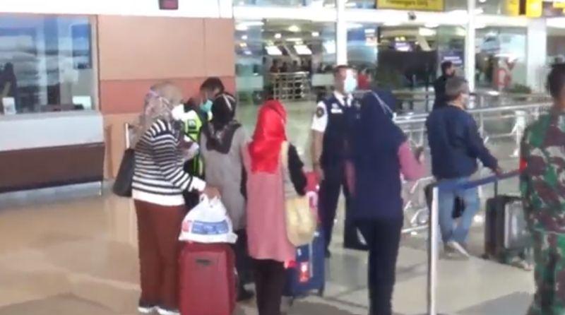 https: img.okezone.com content 2021 01 30 609 2353677 gunakan-rapid-antigen-palsu-18-calon-penumpang-diamankan-polisi-di-bandara-TE3o7dPztk.jpg
