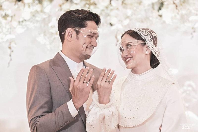 https: img.okezone.com content 2021 01 31 194 2353886 intip-momen-manis-pernikahan-ririn-ekawati-dan-ibnu-jamil-YTIzRE1l2j.jpg