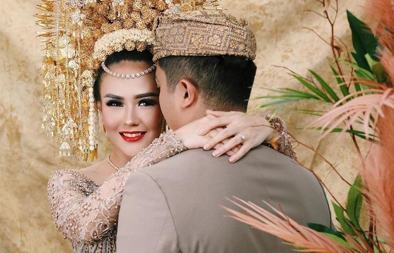 https: img.okezone.com content 2021 01 31 33 2353946 selebgram-sarah-gibson-resmi-menikah-mas-kawinnya-dolar-selandia-baru-y3WI6YTuCq.jpg