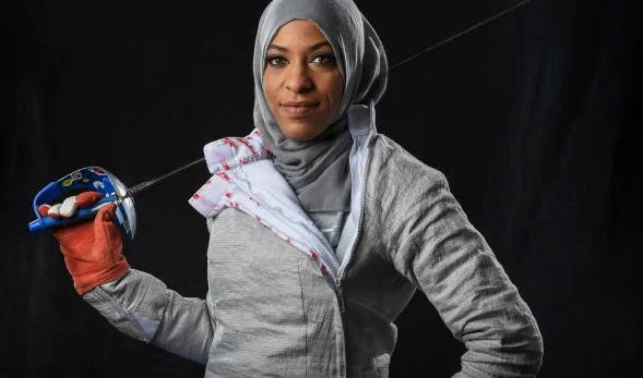 https: img.okezone.com content 2021 01 31 43 2354051 ibtihaj-muhammad-atlet-muslim-amerika-pertama-yang-kenakan-hijab-di-olimpiade-dzlraVgAfc.jpg