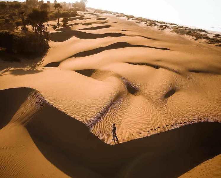 https: img.okezone.com content 2021 02 01 408 2354712 wisata-gurun-pasir-di-pantai-oetune-ntt-ini-hal-hal-bisa-dinikmati-6gXlf9O2qt.jpg