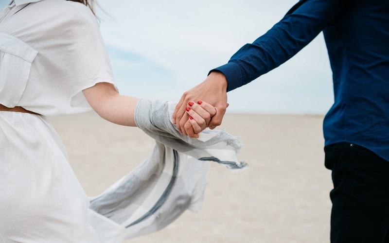 https: img.okezone.com content 2021 02 01 612 2354666 4-kebiasaan-sederhana-yang-dapat-menjaga-pernikahan-tetap-kuat-mSMB6dU1iy.jpg
