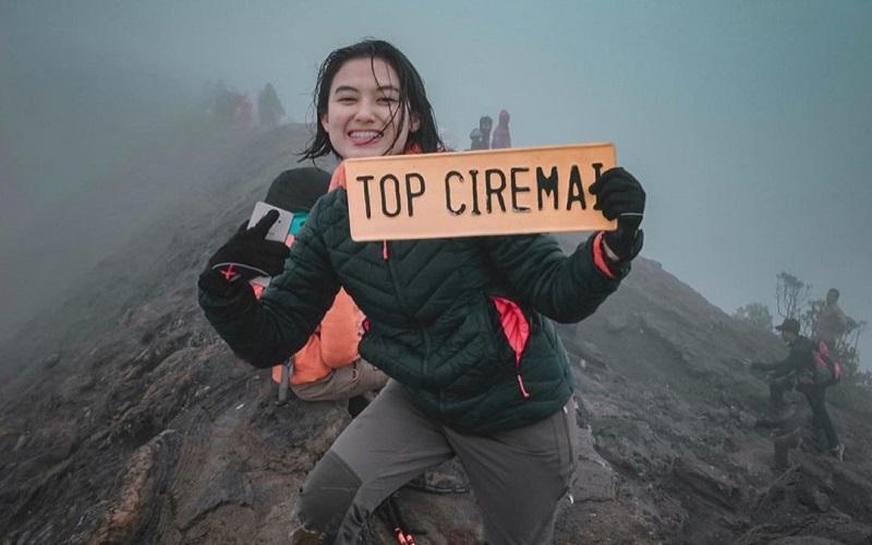 https: img.okezone.com content 2021 02 02 194 2355097 5-potret-polwan-cantik-dj-putri-hobi-taklukan-puncak-gunung-indonesia-v5NBmQMHqM.jpg