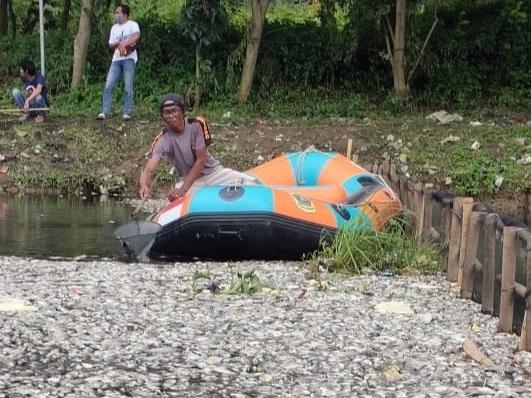 https: img.okezone.com content 2021 02 02 338 2355033 situ-citongtut-gunung-putri-diduga-tercemar-limbah-ribuan-ikan-mati-w9xaf4eLMx.jpg