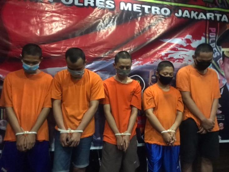 https: img.okezone.com content 2021 02 02 338 2355268 tusuk-remaja-dan-rampas-uang-rp10-ribu-5-penjambret-ditangkap-polisi-w43QaP3mWr.jpg