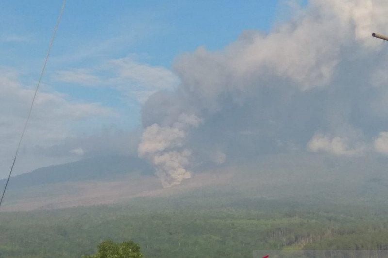 https: img.okezone.com content 2021 02 02 519 2355370 gunung-semeru-kembali-luncurkan-awan-panas-9KMDrQp3UW.jpeg