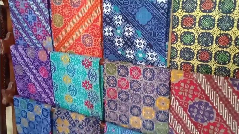 https: img.okezone.com content 2021 02 03 194 2355590 3-motif-batik-pekalongan-yang-cantik-cantik-banget-2IITU4kJ5Y.jpg