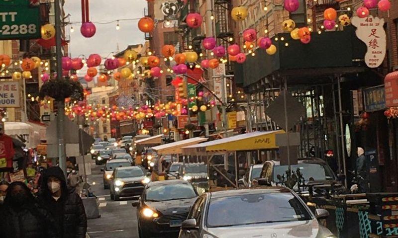 https: img.okezone.com content 2021 02 03 406 2356024 sambut-imlek-chinatown-pasang-lentera-lambang-harapan-RmWx1lVZzb.jpg