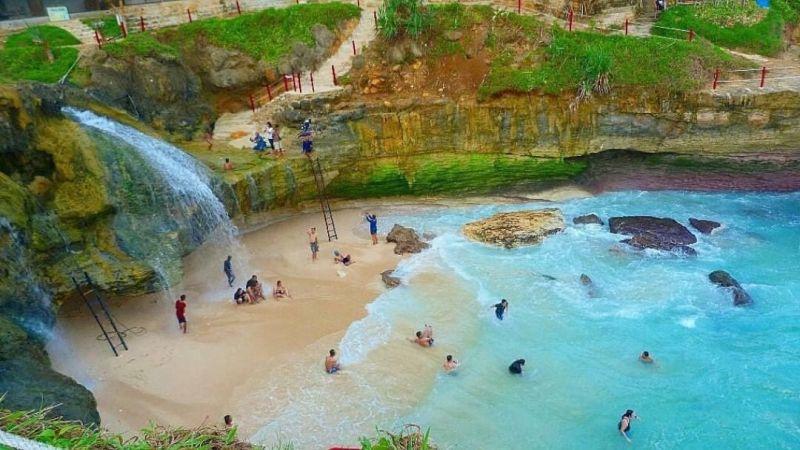 https: img.okezone.com content 2021 02 03 408 2356043 5-wisata-pantai-di-pacitan-pemandangannya-menawan-loh-yBoCx82BI6.jpg