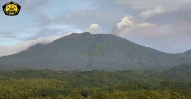 https: img.okezone.com content 2021 02 03 519 2355931 pvmbg-sebut-gemuruh-dan-cahaya-api-di-gunung-raung-fenomena-biasa-gYqgKm4P0Q.jpg