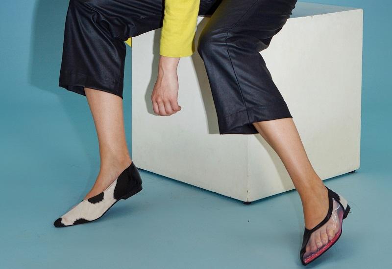 https: img.okezone.com content 2021 02 04 194 2356658 terinspirasi-yin-dan-yang-uniknya-flat-shoes-beda-kanan-kiri-DIjVqmMQhR.jpeg